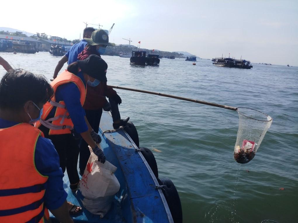Rác trôi nổi trước Bến tàu du lịch Nha Trang được thu gom
